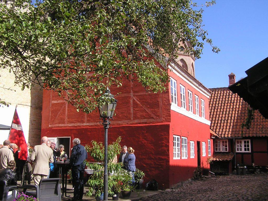 Den hyggelige gårdhave ved museet Toldstrups Hus